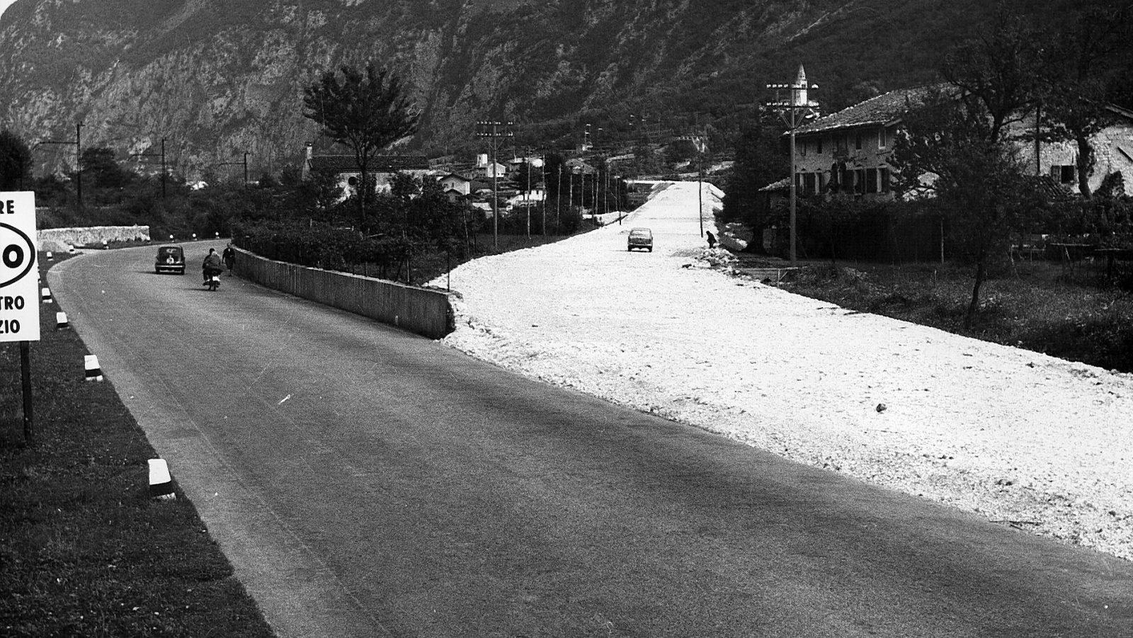 """Veneto, strada statale 13 """"Pontebbana"""", realizzazione variante nel comune di Portis, 1959  (Archivio storico Anas)"""