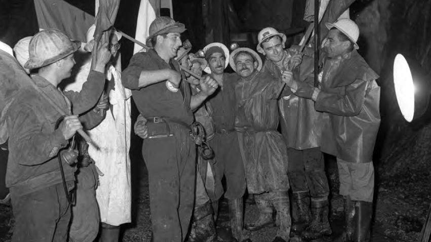 Traforo del Monte Bianco, 1962: gli operai francesi e italiani si incontrano abbattendo l'ultimo diaframma (fonte: Ansa, La strada racconta, 2018)