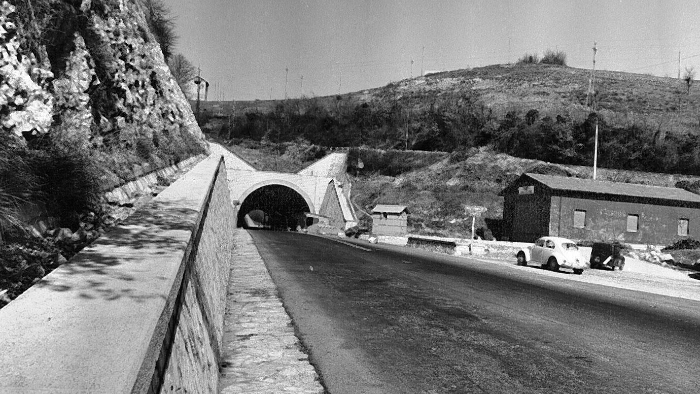 """Umbria, strada statale 3 """"Via Flaminia"""", galleria di Somma imbocco lato Terni, anni '60 (Archivio storico Anas)"""