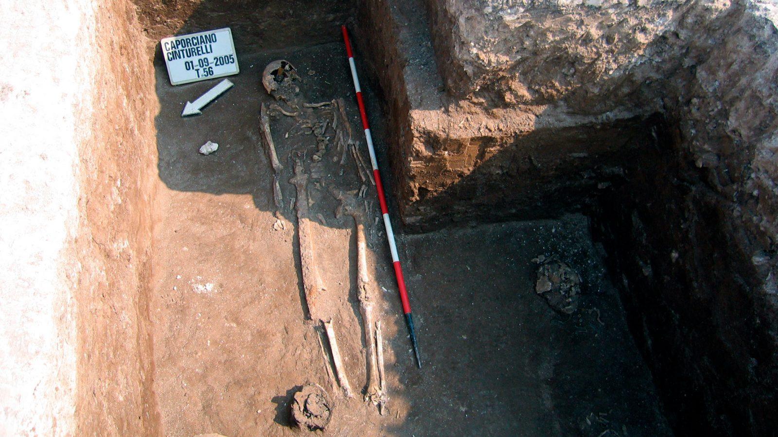 Abruzzo, necropoli di Caporciano-Cinturelli: tomba maschile in corso di scavo, 2005 (Archivio storico Anas)