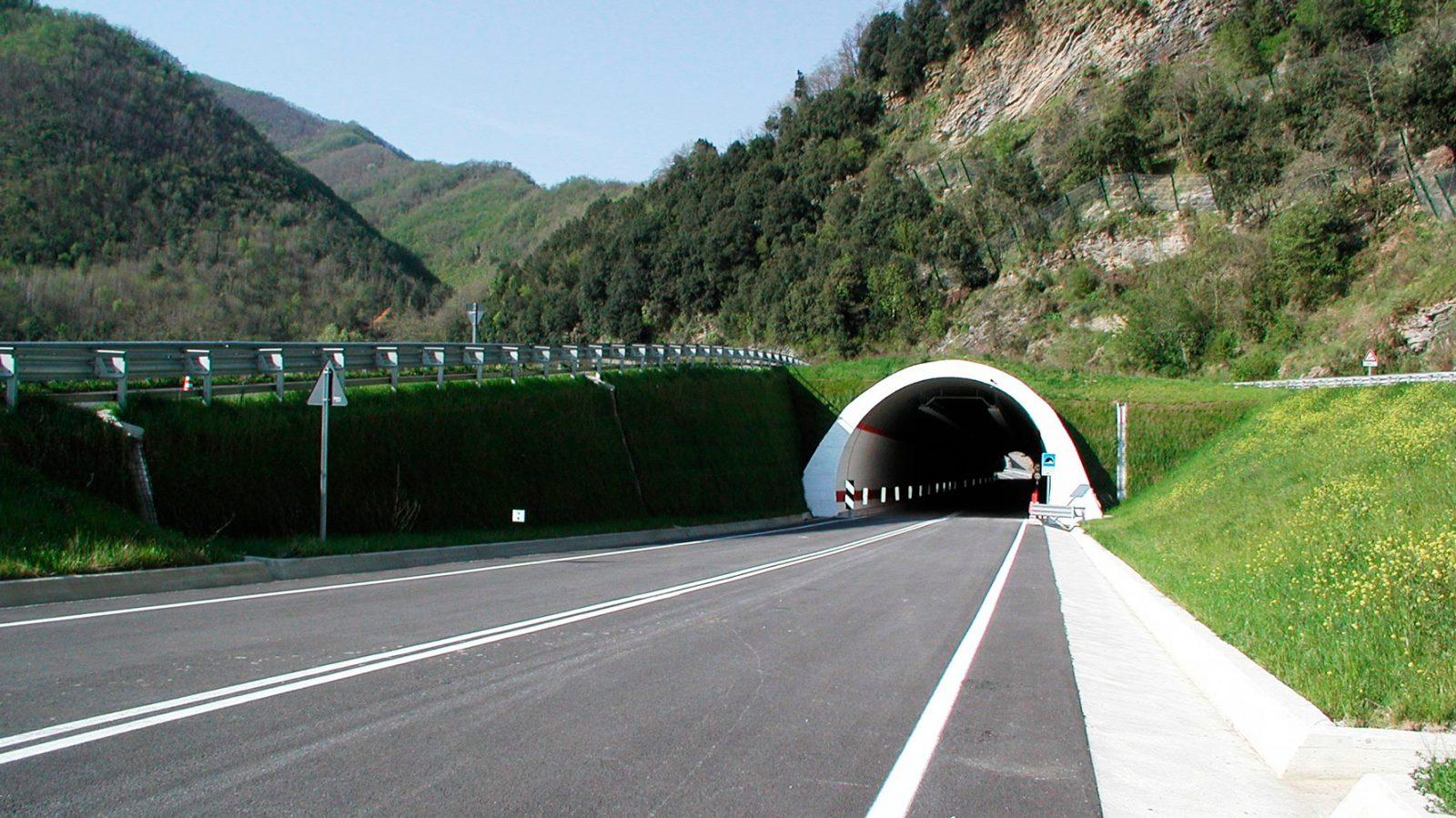 "Liguria, strada statale 1 ""Via Aurelia"", imbocco della galleria di Albenga"