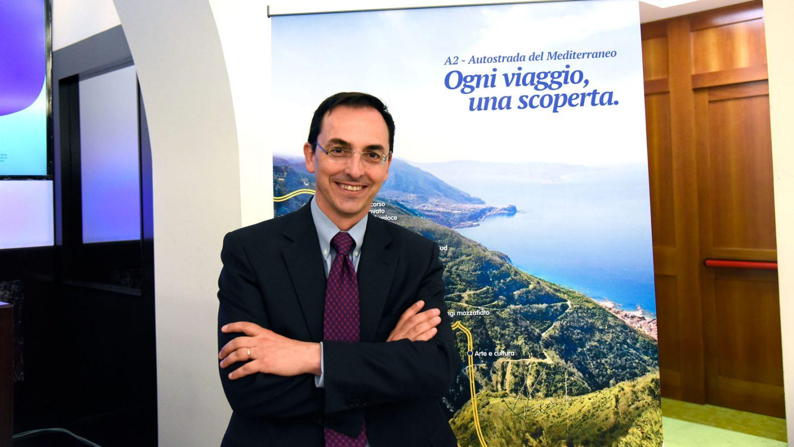 Gianni Vittorio Armani durante la presentazione della campagna #OgniViaggioUnaScoperta (Archivio storico Anas)