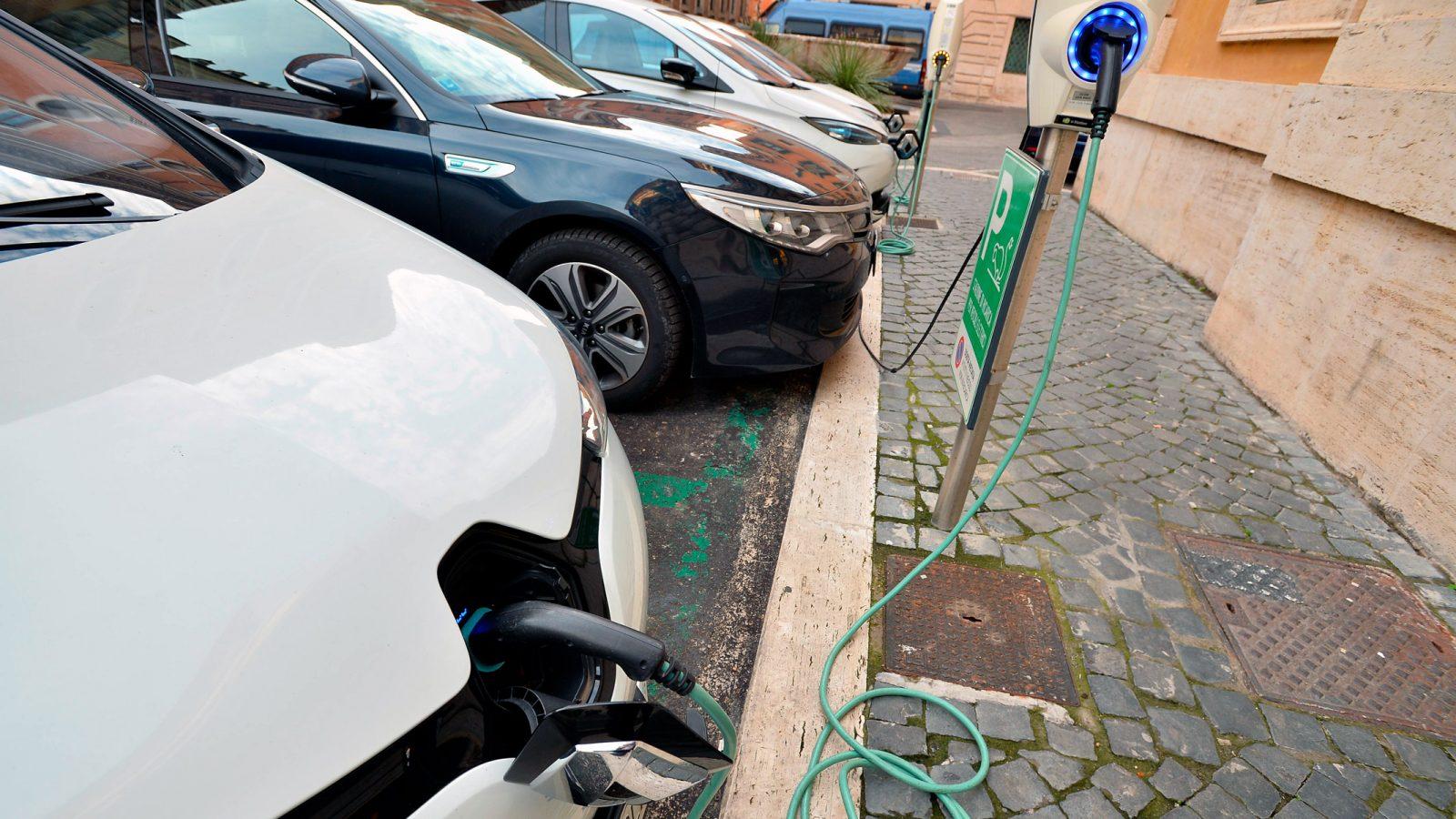 Stazione di ricarica auto elettriche (fonte: Imagoeconomica)