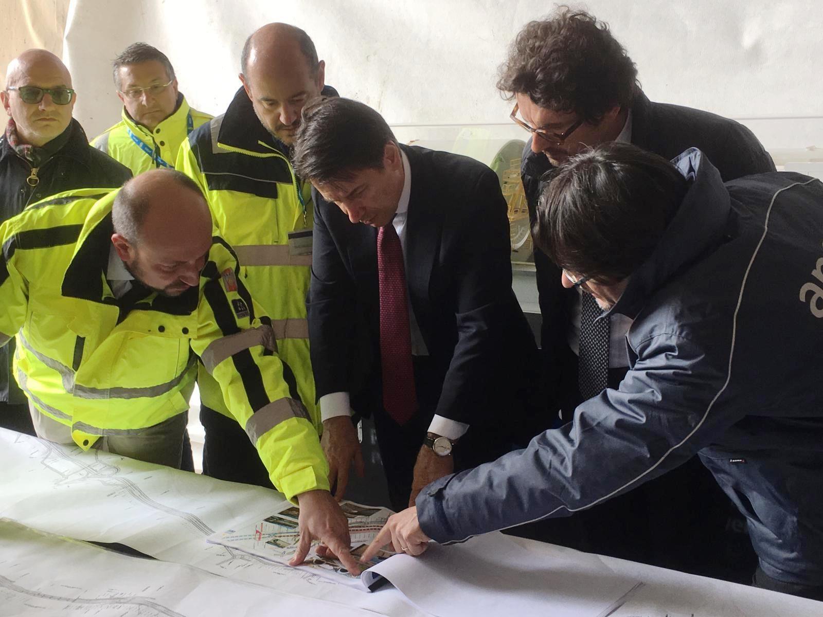 Il presidente del Consiglio Giuseppe Conte e il ministro Danilo Toninelli in sopralluogo sui cantieri Anas in Sicilia (Archivio Anas, marzo 2019)