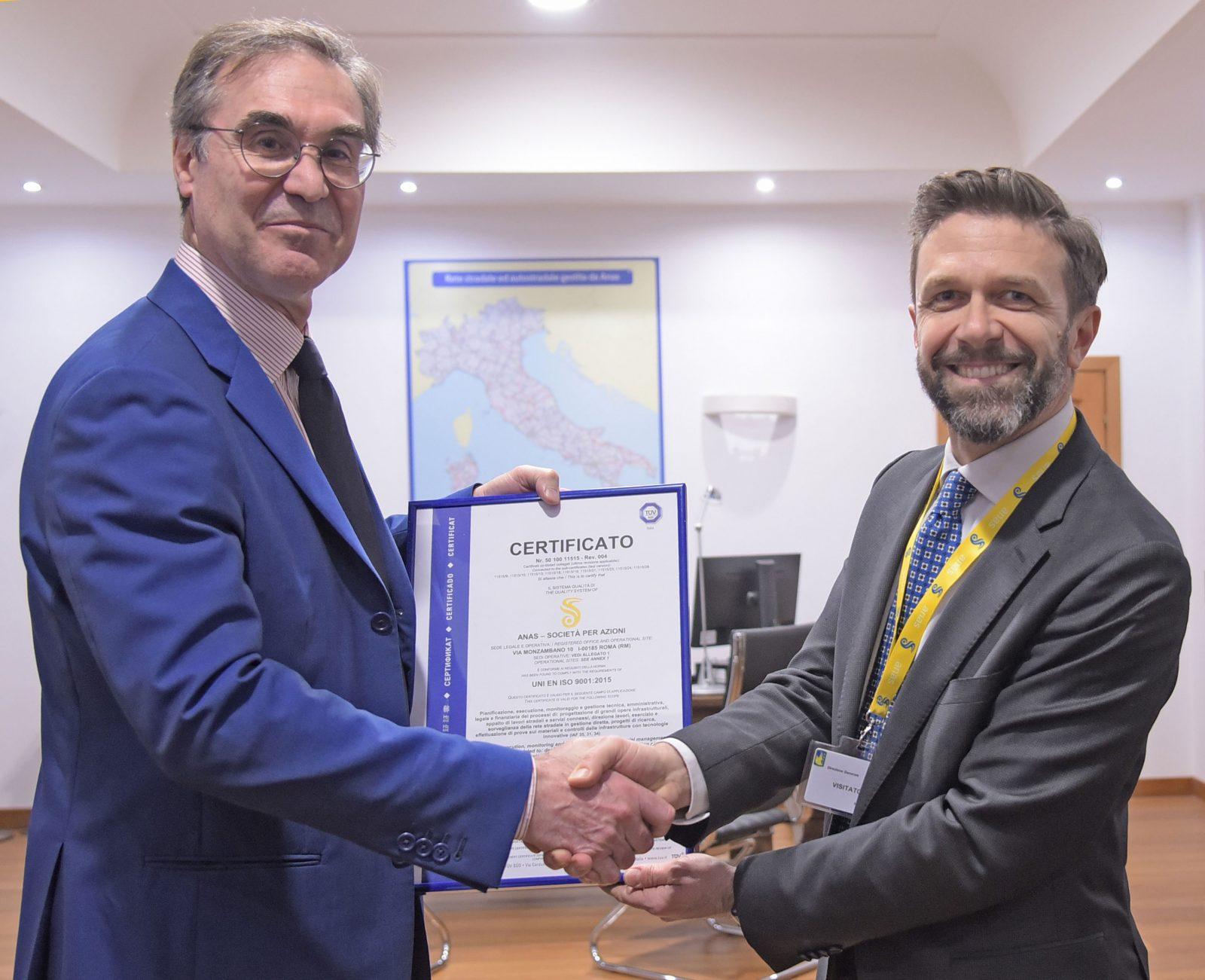 L'ad Massimo Simonini riceve per Anas la certificazione Uni En Iso 9001:2015 rilasciata da TÜV Italia (Archivio Anas, marzo 2019)