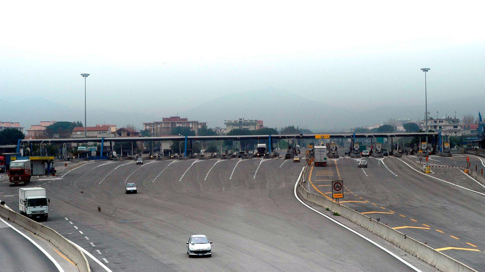 Autostrada del Sole, casello autostradale di Napoli, 2001 (fonte: Imagoeconomica)
