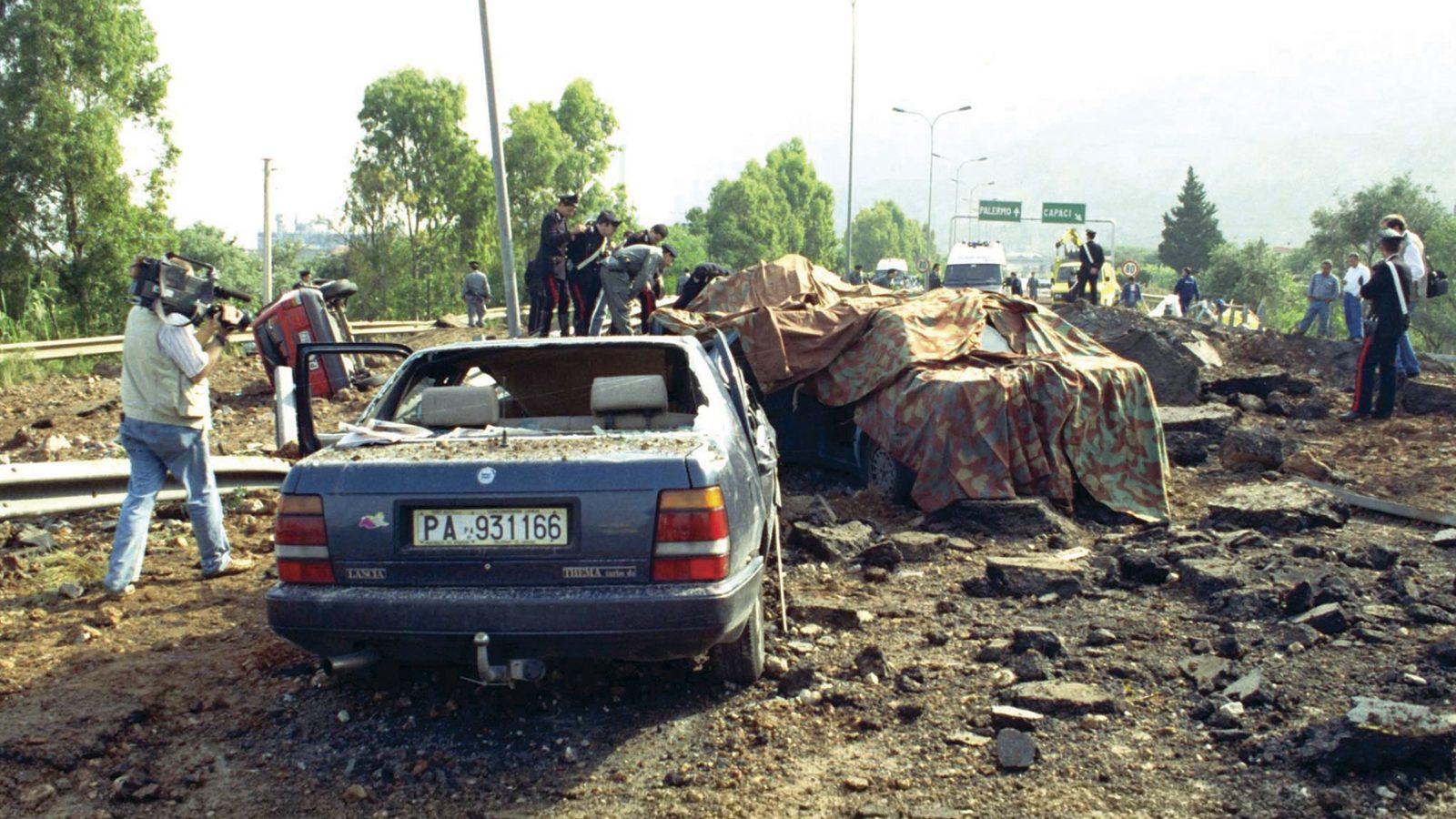 La strage di Capaci, Palermo, lungo l'autostrada A29 il 23 maggio 1992 (fonte: Ansa, La strada racconta, 2018)