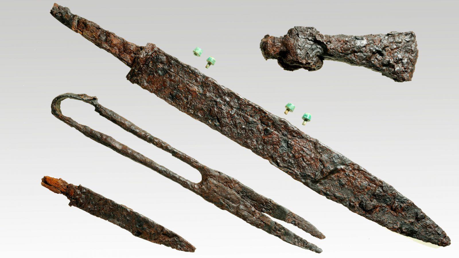 Parte del corredo della tomba maschile n.11: ascia, scramasax, cesoie, coltello. (Anas, L'archeologia si fa strada. Scavi, scoperte e tesori lungo le vie d'Italia, 2017)
