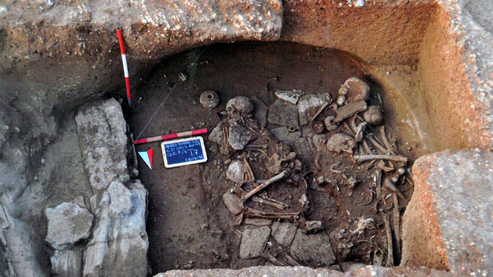 Tomba 7 , la più complessa, riutilizzata per sepolture successive di soggetti femminili (fonte: Anas, L'archeologia si fa strada. Scavi, scoperte e tesori lungo le vie d'Italia, 2017)