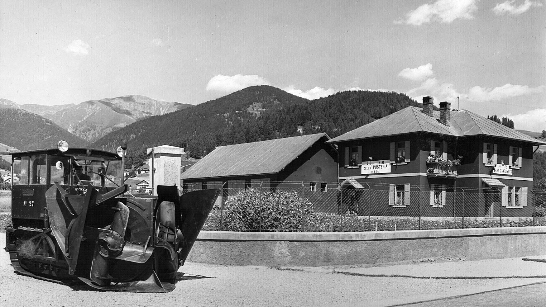 Casa cantoniera e mezzi antineve sulla strada statale 49 della Pusteria, in provincia di Bolzano (Archivio storico Anas)