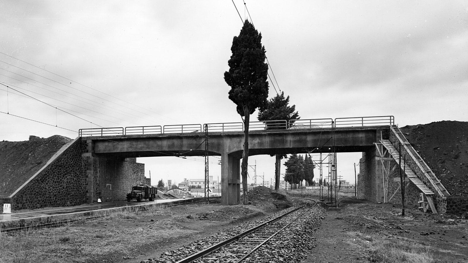 Grande Raccordo Anulare di Roma, cavalcavia sulla SS6 Casilina e sulla ferrovia Roma-Fiuggi, 1955 (Archivio storico Anas)