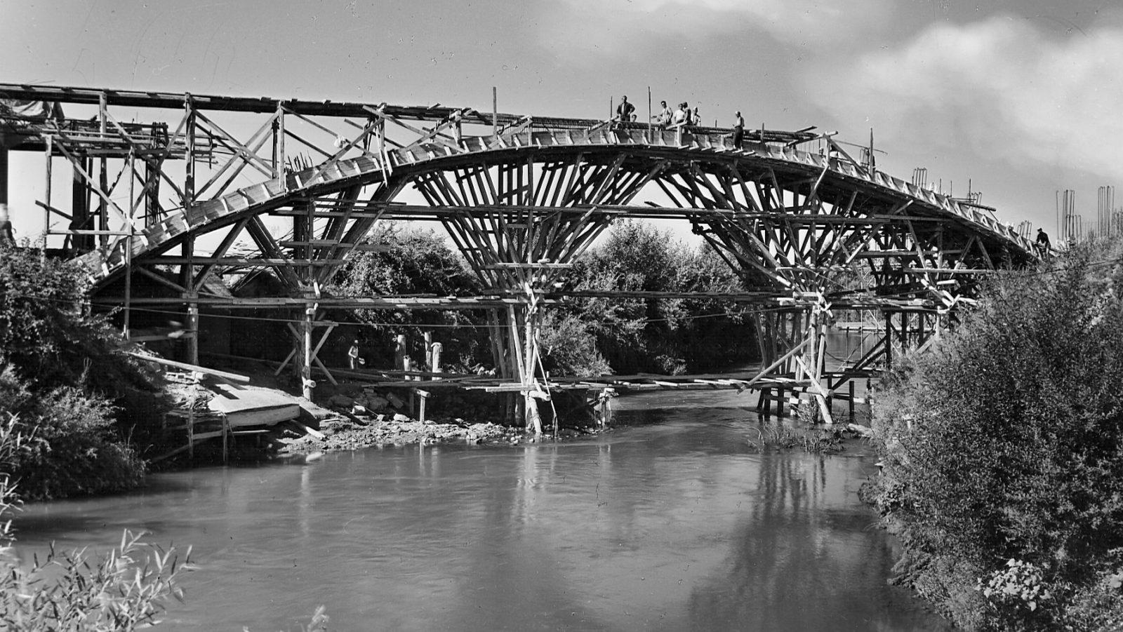 Grande Raccordo Anulare di Roma, costruzione ponte obliquo sul fiume Aniene, 1954 (Archivio storico Anas)