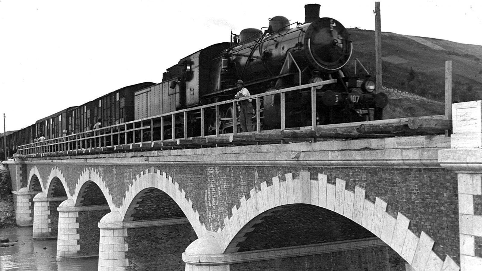 Abruzzo, ponte ad arcate sul fiume Foro all'altezza di Francavilla al Mare (Archivio storico Anas)
