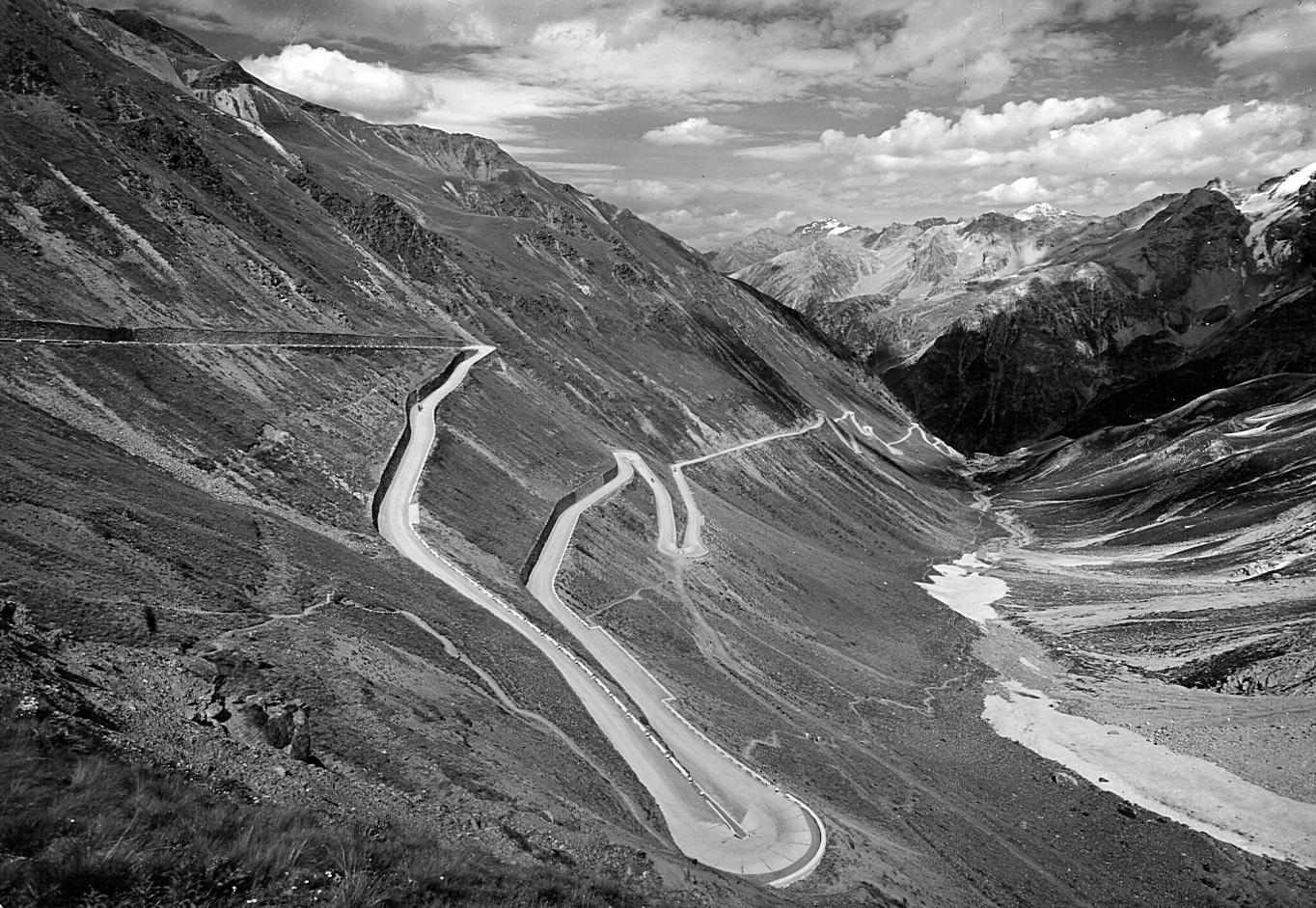 I tornanti del Passo dello Stelvio sulla strada statale 38 (anno 1930), protagonisti di numerose edizioni del Giro d'Italia (Archivio storico Anas)