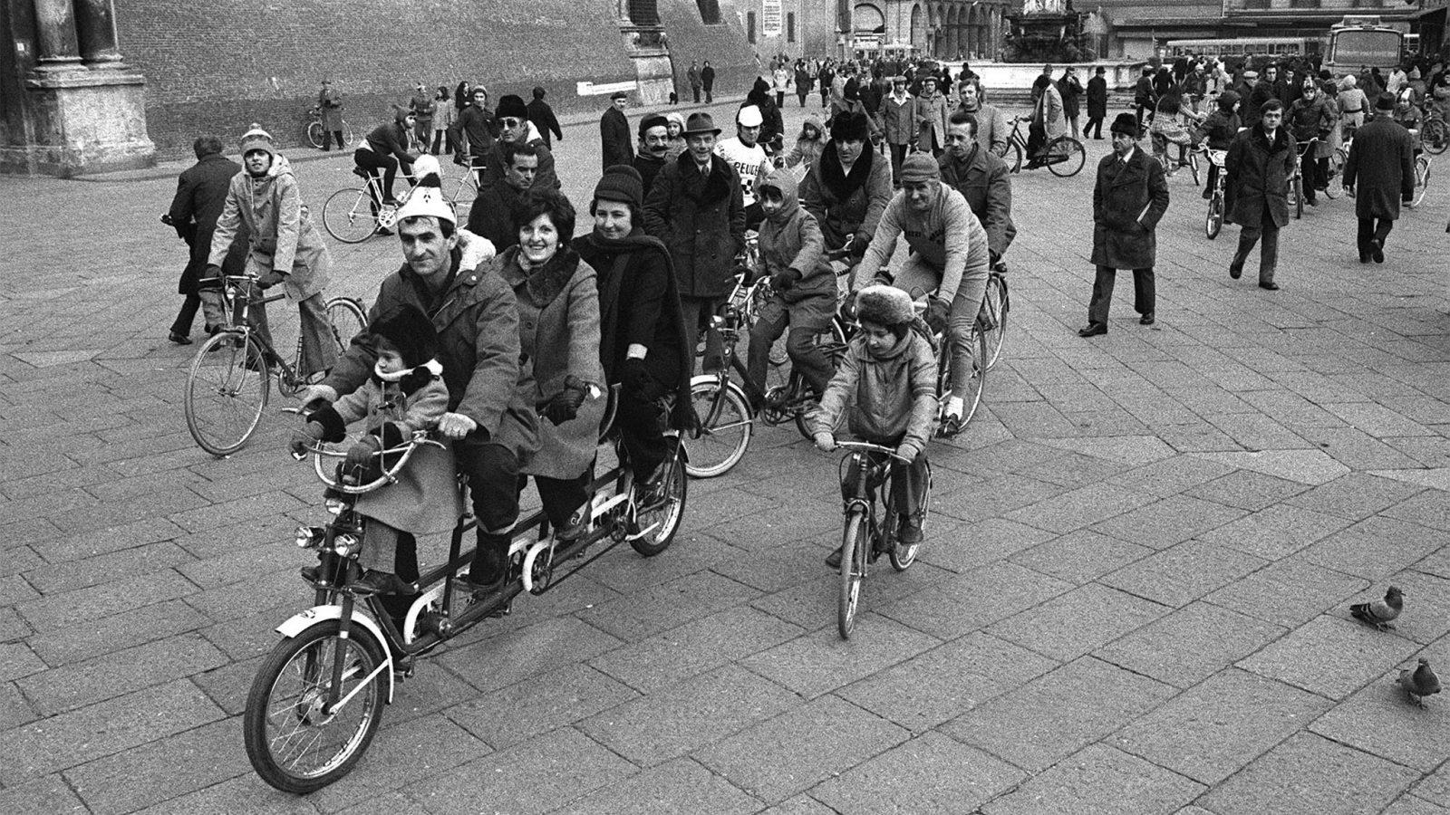 Con la crisi petrolifera, irrompono sulla scena biciclette, tandem, risciò, pattini (fonte: Ansa, La strada racconta, 2018)