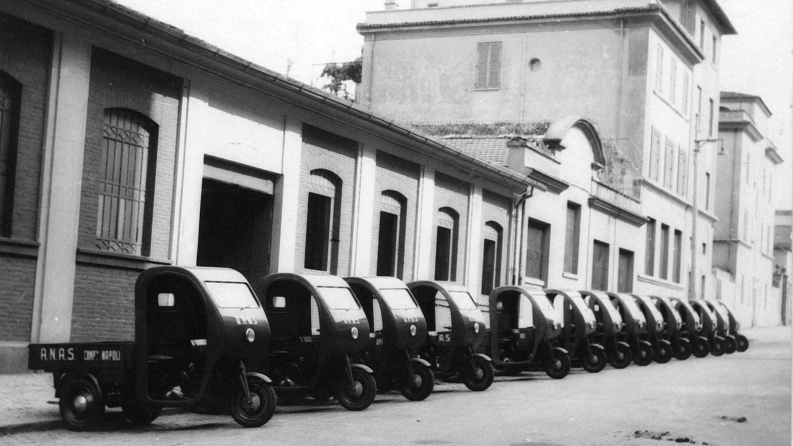Anas, compartimento di Napoli: motofurgoncini acquistati per la motorizzazione del servizio manutentorio, 1946 (Archivio storico Anas)