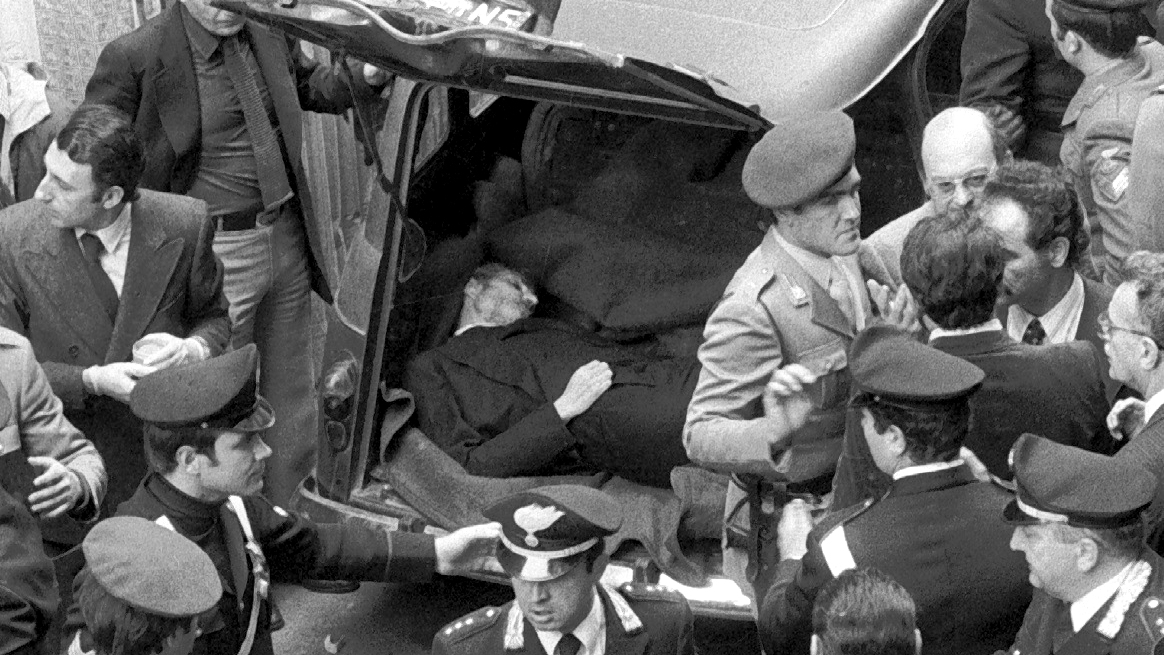 Il corpo di Aldo Moro ritrovato nel bagagliaio di una Renault 4 rossa, in via Caetani a Roma (fonte: Ansa, La strada racconta, 2018)
