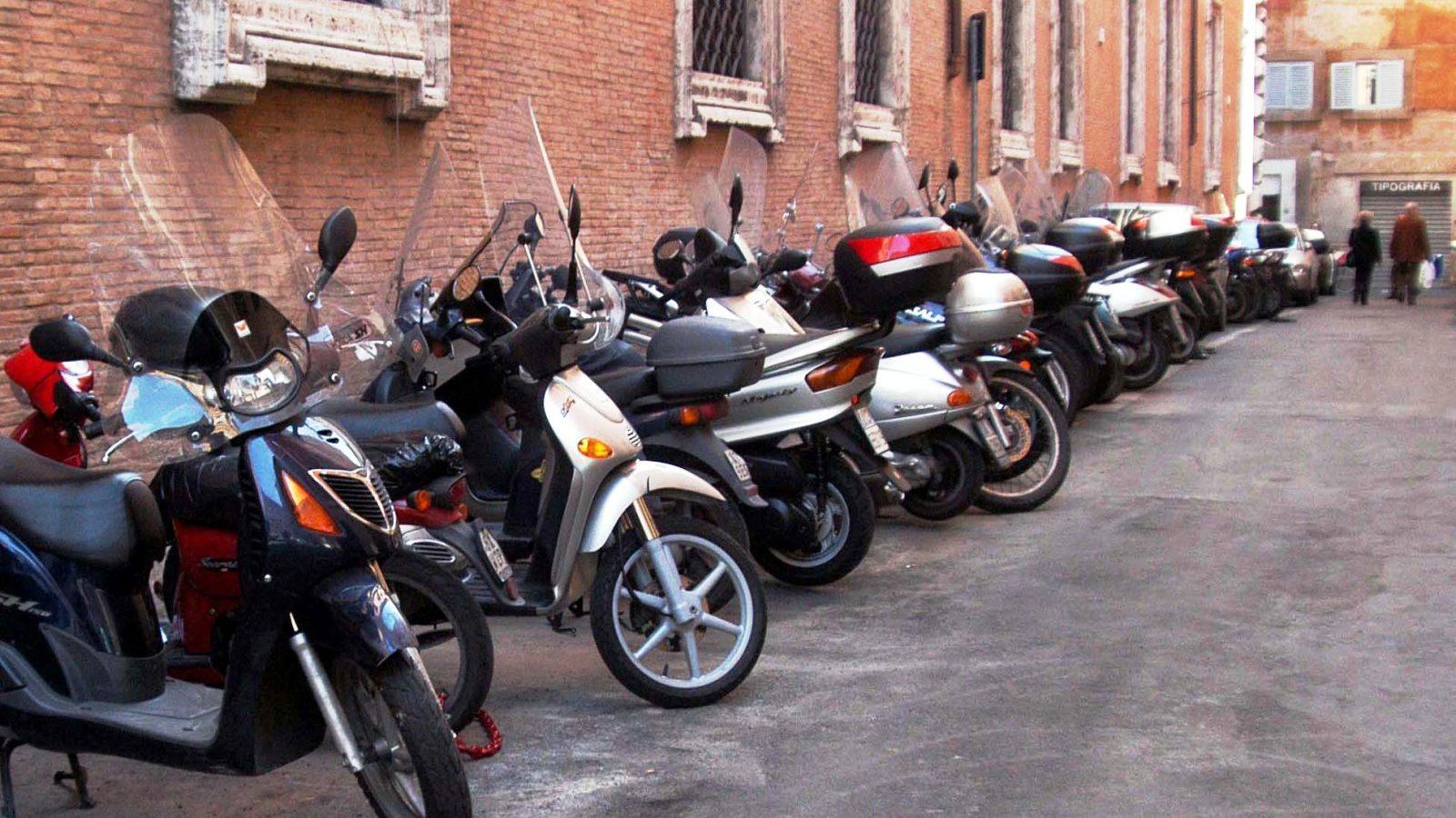 Scooter parcheggiati in città (fonte: imagoeconomica)