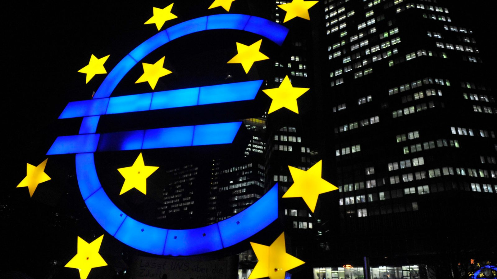 La scultura raffigurante il glifo dell'euro, di fronte all'ex palazzo della Banca centrale europea, a Francoforte sul Meno (fonte: Imagoeconomica)