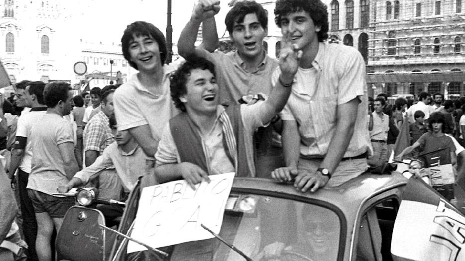 I festeggiamenti in piazza per la vittoria dei mondiali di calcio del 1982 (fonte: Ansa, La strada racconta, 2018)